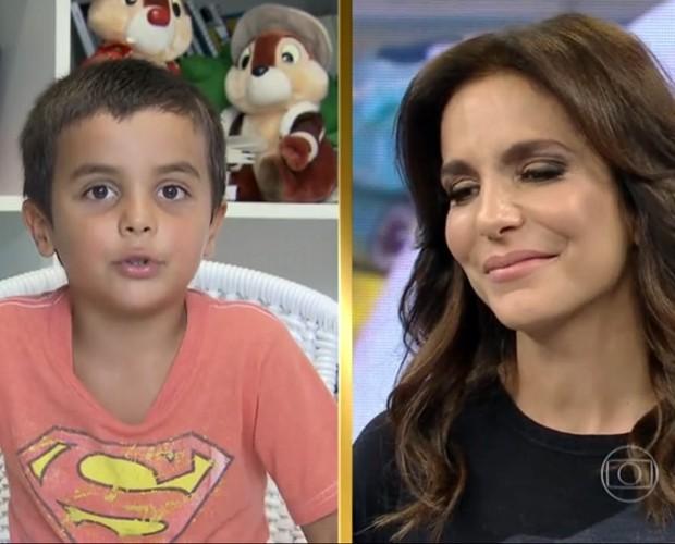 A cantora se emociona ao ver a desenvoltura do filho na televisão (Foto: Domingão do Faustão / TV Globo)