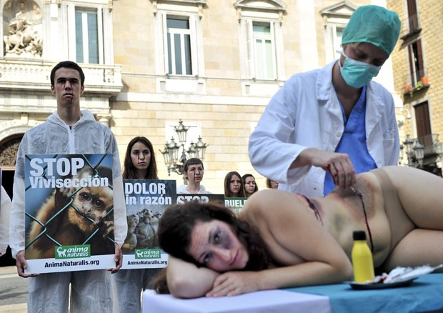 Ativistas do grupo 'AnimaNaturalis' usaram mulher nua para simular experimentos  (Foto: Josep Lago/AFP)