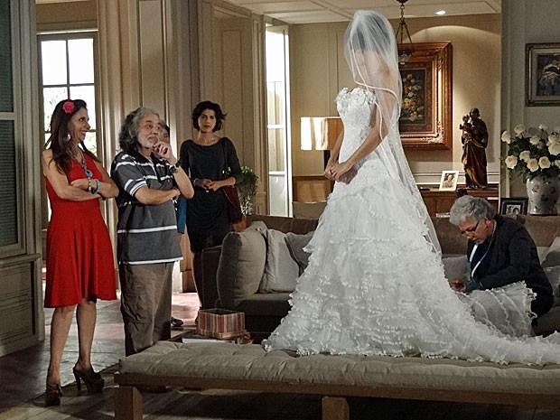 Miriam vê Valéria vestida de noiva e ouve provocação (Foto: Amor Eterno Amor/TV Globo)