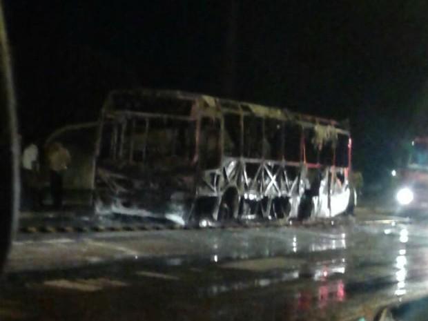 Incêndio teria sido provocado, segundo informações iniciais (Foto: Divulgação)