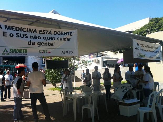 Paralisação foi realizada na praça Doutor Carlos (Foto: Michelly Oda / G1)