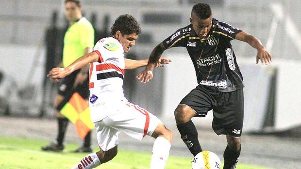 Cicinho jogo Ponte Preta e Botafogo-SP (Foto: Denny Cesare / Ag. Estado)