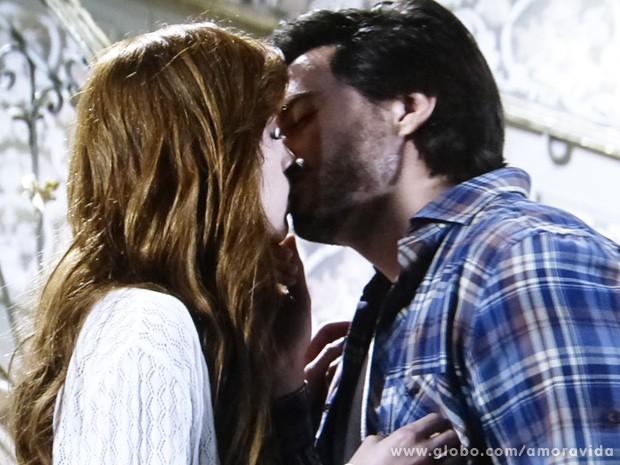 Thales beija Natasha, que se afasta logo em seguida... (Foto: Amor à Vida / TV Globo)