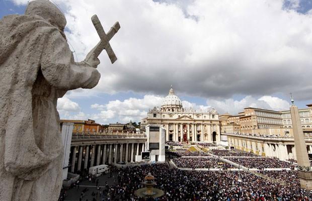 Milhares de fiés se reúnem na praça da basílica de São Pedro na manhã deste domingo (8) (Foto: Pier Paolo Cito/AP)