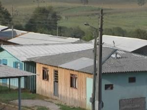 Telhados foram remendados com telhas doadas pela Defesa Civil (Foto: Reprodução RBS TV)