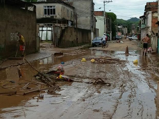 Rua do bairro Nova Esperança ficou cheia de lama após a chuva de domingo (Foto: Ádison Ramos/TV Rio Sul)