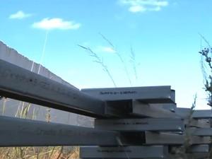 Material deixado no local da obra inacabada (Foto: RBS TV/ Reprodução)