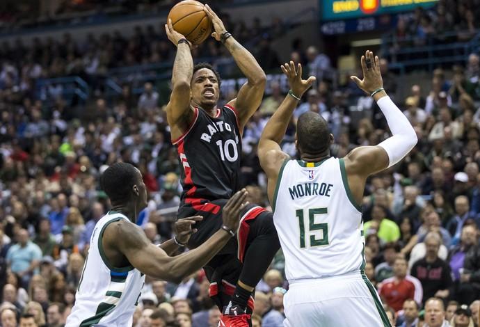 DeMar DeRozan faz o arremesso no jogo do Toronto Raptors contra o Milwaukee Bucks (Foto: Reuters/Jeff Hanisch-USA TODAY Sports)