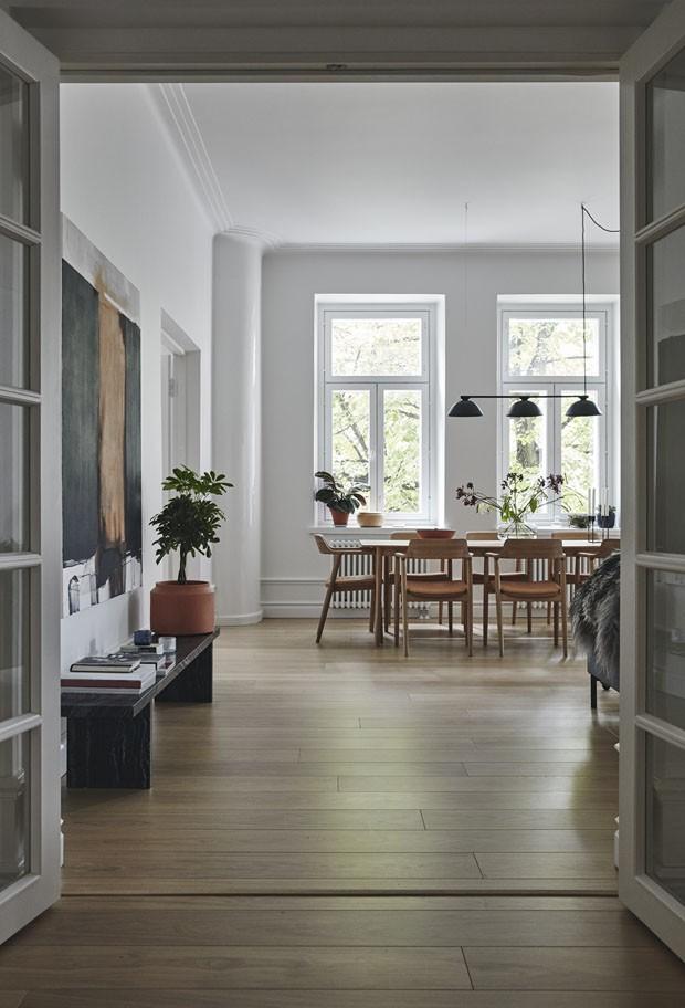 Preto, branco e madeira clara em uma autêntica casa escandinava (Foto: Mikko Ryhänen/Divulgação)