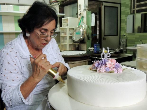 Jane Asfora, 71, mantém a tradição da mãe com a irmã Eliane. As duas preservam receita tradicional e preparo artesanal (Foto: Marina Barbosa / G1)