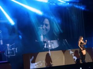 Paula Fernades faz dueto virtual com Shania Twain em São Paulo (Foto: EGO)