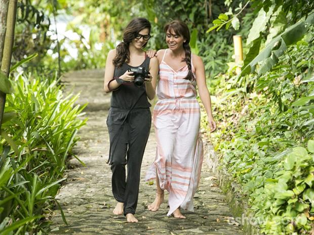 Clara e Marina se divertem nas cenas de 'Em Família' (Foto: Felipe Monteiro/ TV Globo)