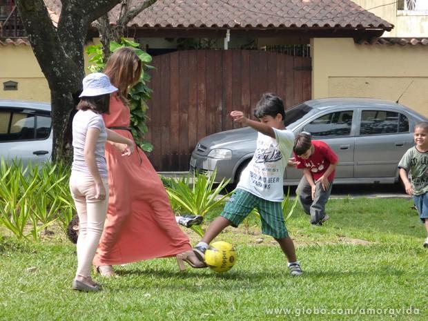 Mesmo de saltão, Paolla arriscou uns chutos e se divertiu com a criançada (Foto: Amor à Vida/TV Globo)