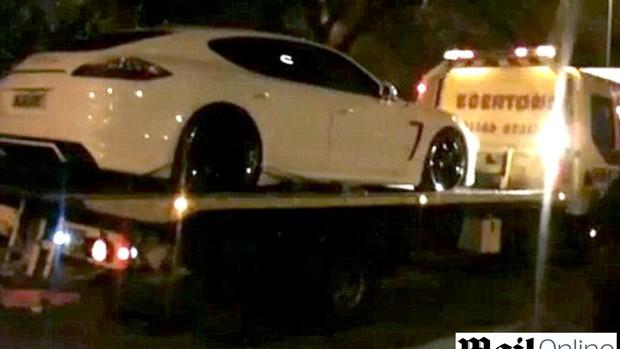 carro Tevez rebocado  (Foto: Reprodução / MailOnline)