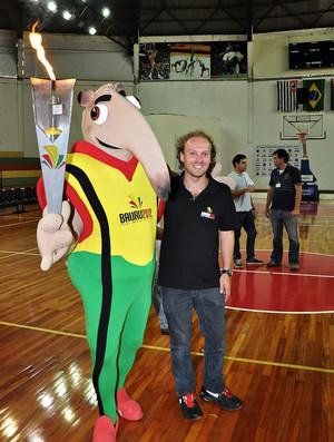 Bauru - mascote dos Jogos Abertos e o prefeito Rodrigo Agostinho (Foto: Amanda Rocha/Lettera Comunicação)