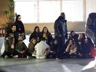 Justin Bieber senta no chão com fãs ao desembarcar na Espanha