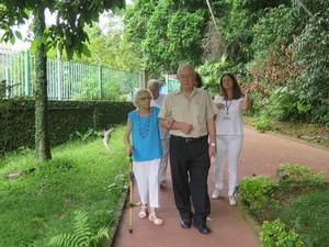 Barbara com o filho Persival e as funcionárias da Casa do Sol (Foto: Mariane Rossi/G1)