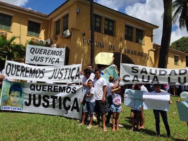 Parentes e amigos protestam em frente ao Fórum de Camaragibe (Foto: Kety Marinho / TV Globo)