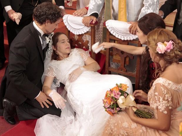 """Celinha não consegue dizer o """"sim"""" e desmaia no altar (Foto: Lado a Lado/TV Globo)"""