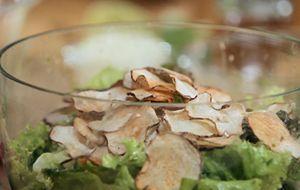 Salada verde com abacate e chips de inhame
