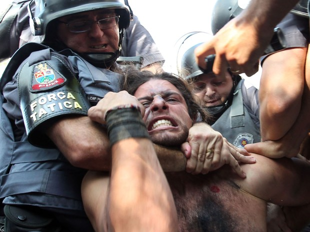 Manifestante é detido pela polícia durante um protesto que tentou bloquear na Radial Leste, nos aredores da Estação Carrão da Linha 3-Vermelha do Metrô de São Paulo na manhã desta quinta-feira (12) (Foto: Robson Fernandjes/Estadão Conteúdo)