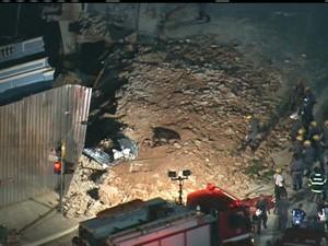 Bombeiros trabalham nas buscas por feridos (Foto: Reprodução/TV Globo)