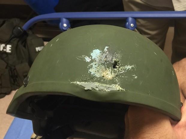 Capacete de policial atingido por tiros durante ataque a boate em Orlando, nos Estados Unidos (Foto: AFP Photo/Orlando Police Department)