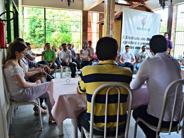 Médicos se reuniram na sede do Sindicato dos Médicos do Acre, em Rio Branco, nesta quinta-feira (24) (Foto: Aline Nascimento/G1)