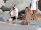 À milanesa: Candice Swanepoel rola na areia em praia no Caribe