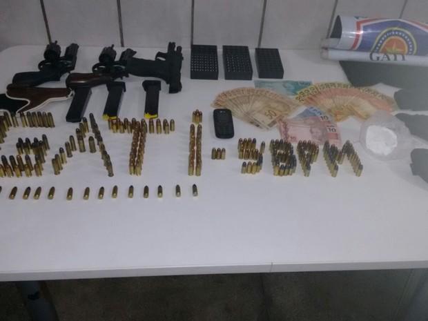 Armas apreendidas pela Polícia Militar (Foto: Divulgação/Polícia Militar)