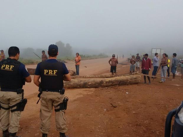 Índios Kayapó interditam a BR-163 e exigem conclusão da  nova Casa de Saúde Indígena  (Foto: Ascom/PRF)