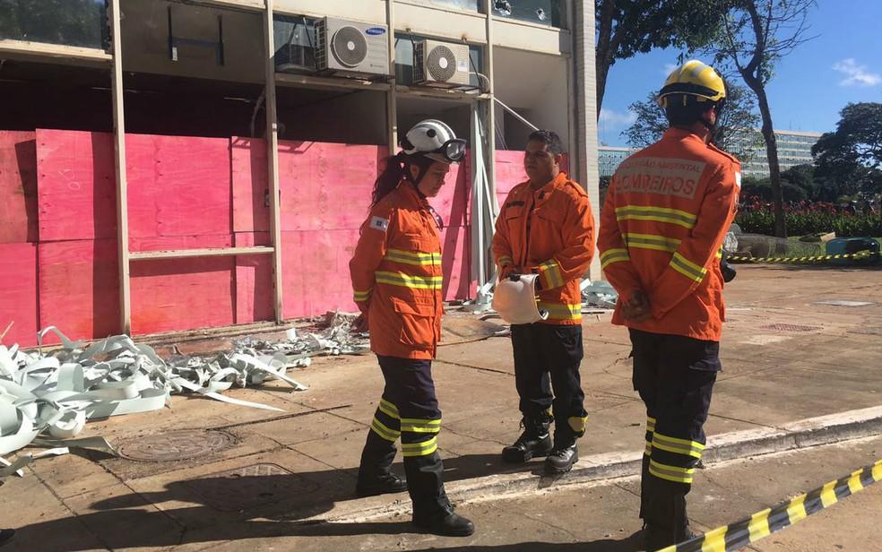 Perícia do Corpo de Bombeiros vasculha ministérios na Esplanada para verificar estragos provocados por incêndio durante manifestação contra governo Temer (Foto: Luiza Garonce/G1)