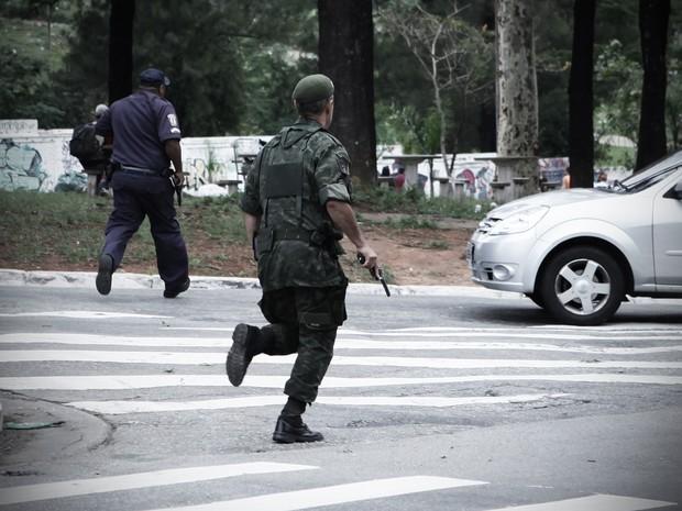 Militar corre armado nas imediações do Centro Cultural da Juventude. (Foto: Caio Kenji/G1)