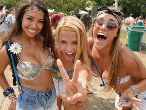 garotas posam para foto no primeiro dia do Lollapalooza em Chicago (Foto: Theo Wargo/Getty Images/AFP)