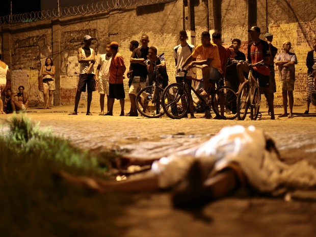 Homem foi morto a tiros na noite desta segunda-feira (25). (Foto: Jonathan Lins/G1)