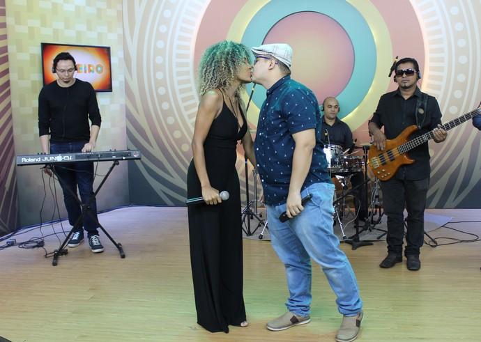 Jéssica Stephens e ex-'The Voice' Elias Moreira se declaram no 'Paneiro' (Foto: Gabriella Lira/ Rede Amazônica)