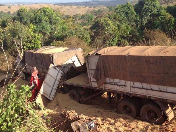 Colisão entre dois caminhões e caminhonete deixou quatro mortos na BR-060, em Goiás (Foto: Gabriel Vendramini/TV Anhanguera)