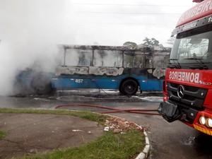 Veículo foi incendiado com óleo diesel em bairro de São José, na Grande Florianópolis (Foto: PM/Divulgação)
