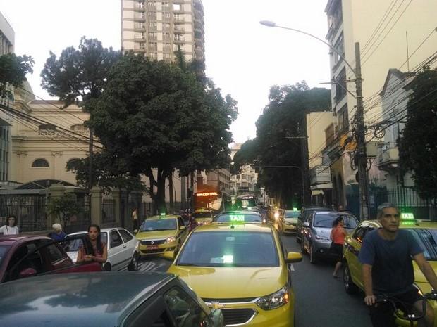 Motoristas saíram dos carros devido ao protesto (Foto: Nicolás Satriano/G1)