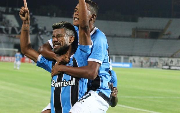Léo Moura comemora o gol com Pedro Rocha