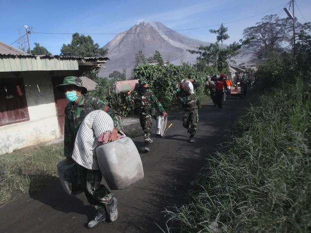 Equipes de resgate retiram moradores do vilarejo de Sinabung neste sábado (21) (Foto: Binsar Bakkara/AP Photo)