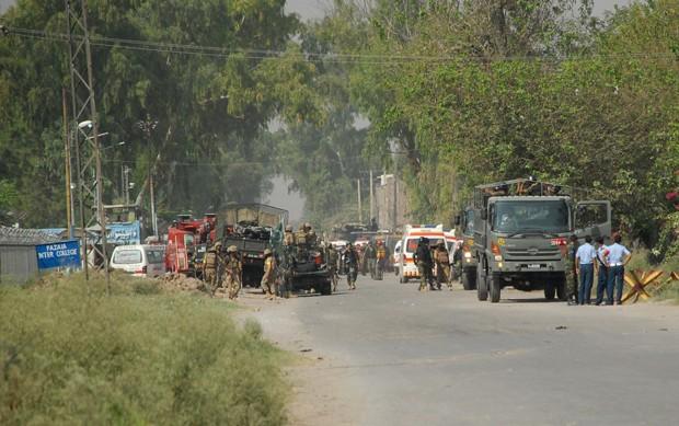Soldados cercam prisão de Peshawar, no Paquistão, que foi atacada pelo Talibã nesta sexta (18) (Foto: Stringer/Reuters)