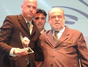 Héber Roberto Lopes premiação catarinense 2013 melhor árbitro do catarinense 2013 (Foto: Renan Koerich)