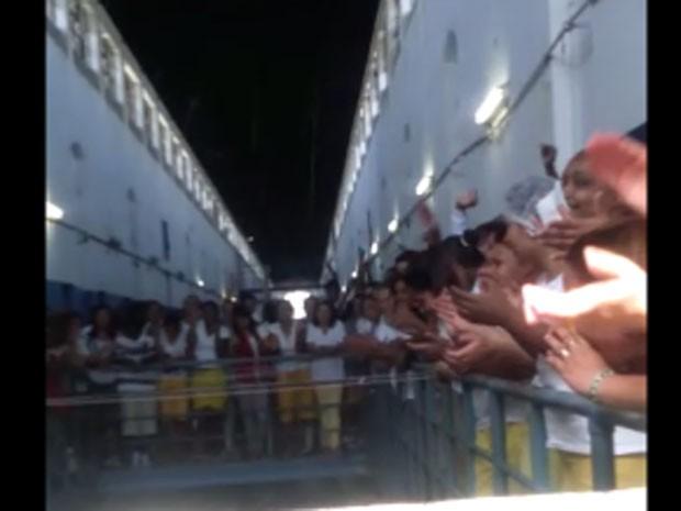 Vídeo mostra presas fazendo festa na Penitenciária Feminina de Sant'Anna (Foto: Reprodução/YouTube)