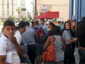 Vigilantes que trabalham na Caixa protestaram no Centro por pagamento de salários (Foto: Reprodução EPTV)