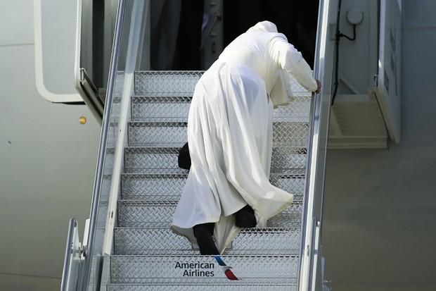 Papa Francisco tropeça na escada quando embarcava no avião para ir de Nova York para a Filadélfia na manhã deste sábado (26)  (Foto: Eduardo Munoz Alvarez/AFP)