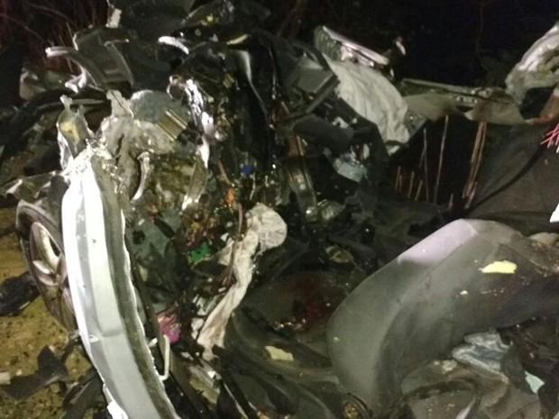 Carro ficou destruído após bater de frente com caminhão (Foto: Edivaldo Braga/blogbraga)