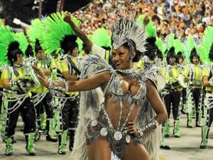 A rainha Camila Silva mostra charme durante desfile da Mocidade (Foto: Alexandre Durão/G1)