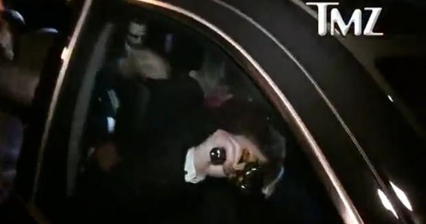 Segurança de DiCaprio pega a estatueta do Oscar (Foto: Reprodução/Vídeo)