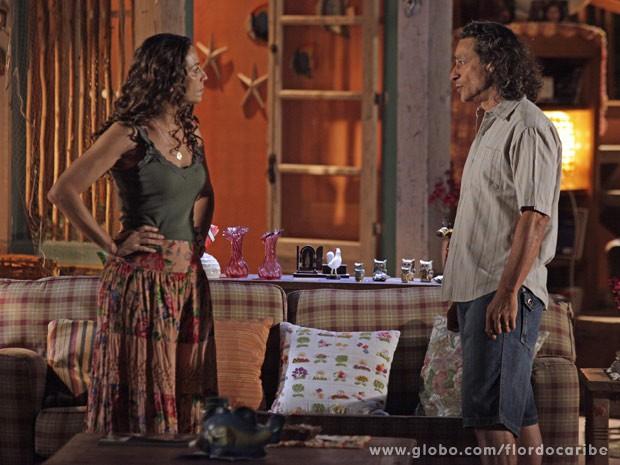 Donato conta a Bibiana que Hélio foi o responsável pelo atropelamento do casal de turistas (Foto: Flor do Caribe / TV Globo)